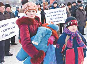 Альбина Амирхановна Маникаева пришла на митинг с сыном Артуром и дочкой Златой на руках