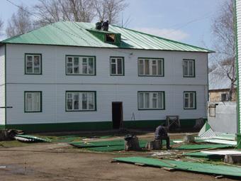 По указанию В. Рогожкина на гнилые стены ветхих домов прикрепили металлические листы. При этом основательно разрушенный штукатурный слой на стенах не восстановили. Гнильё в консервной банке преподнесли горожанам как новое жильё