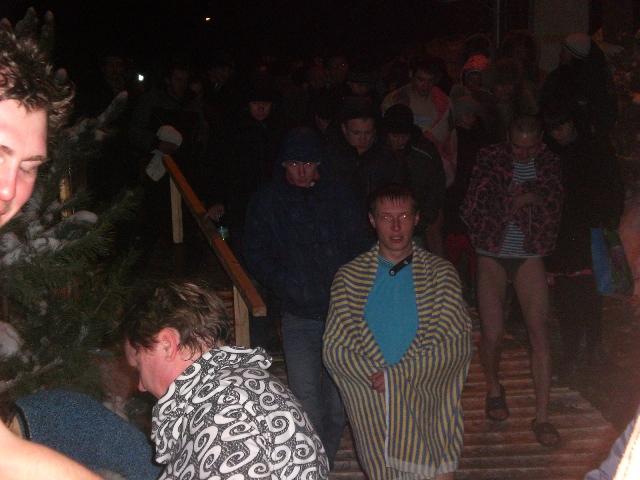 прорубь для купания Бузулучан оснащена лестницей с перилами, огорожена, спуск к воде