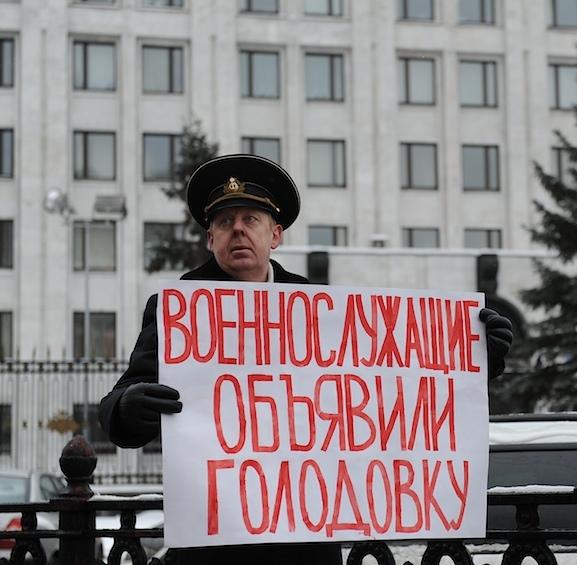 Мы просим всех не заглядывать за бугор, не изменять родине, а работать на нее и любить как мы, всем сердцем - отметил Владимир Путинкандидат в президенты России Владимир Путин